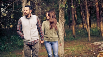 outdoor-lumberjack-couples-photo-shoot-at-heritage-ranch-nelson-table-for-two-12