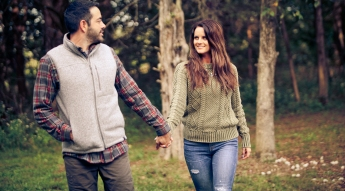 outdoor-lumberjack-couples-photo-shoot-at-heritage-ranch-nelson-table-for-two-13